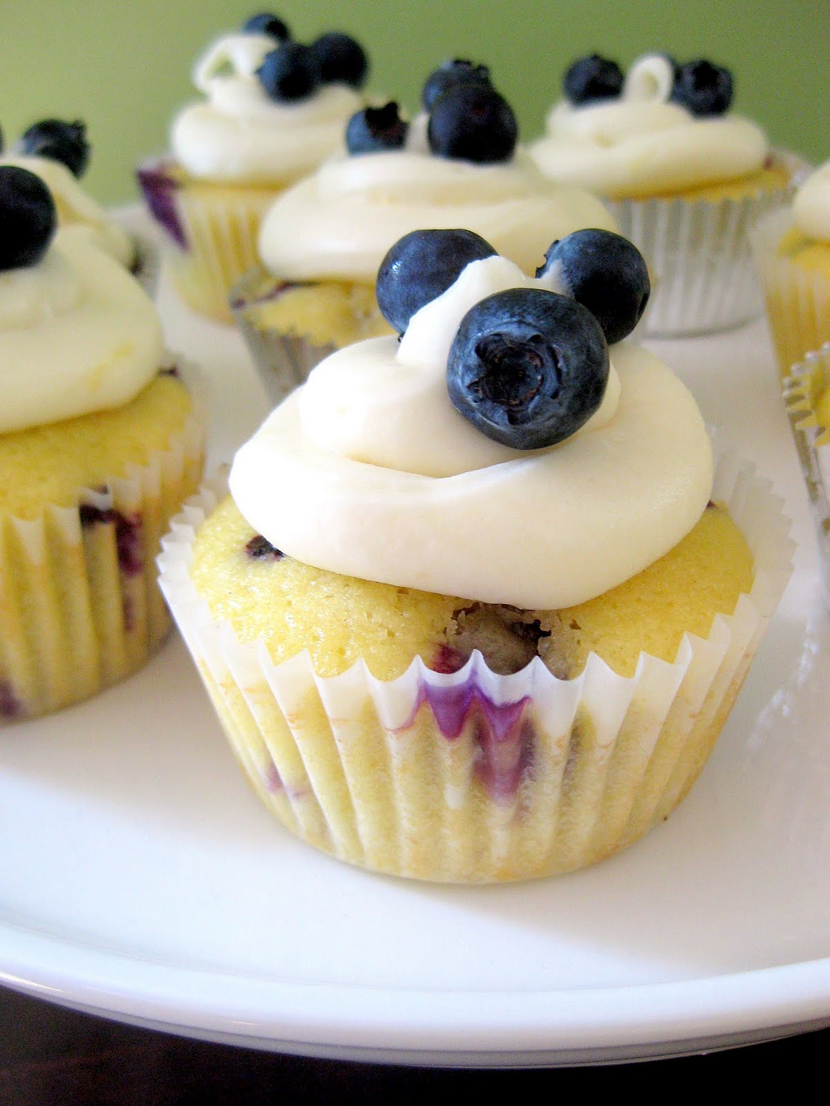 Blueberry Lemon Cupcakes with Lemon Cream Cheese Frosting | A Hint of ...