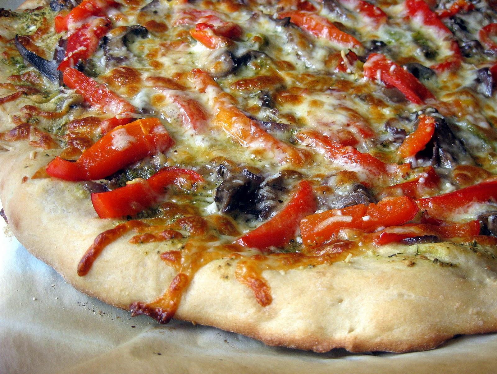 Red Pepper-Pesto Pizza Red Pepper-Pesto Pizza new foto